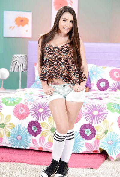 Фото №2 Милая молодая брюнетка с сочной попкой Lola Foxx