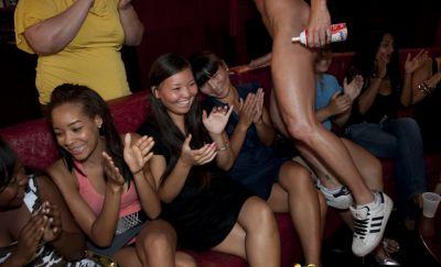 Фото №10 Толпа баб заказали накаченных стриптизеров на свою вечеринку
