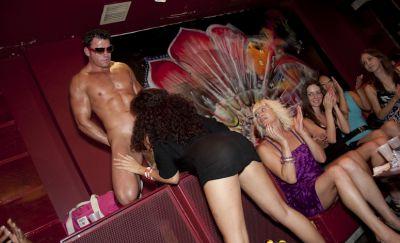 Фото №14 Толпа баб заказали накаченных стриптизеров на свою вечеринку
