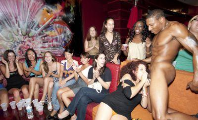 Фото №3 Толпа баб заказали накаченных стриптизеров на свою вечеринку