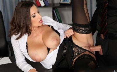 Фото №2 Босс трахнул офисную милфу и залил спермой её большие сиськи