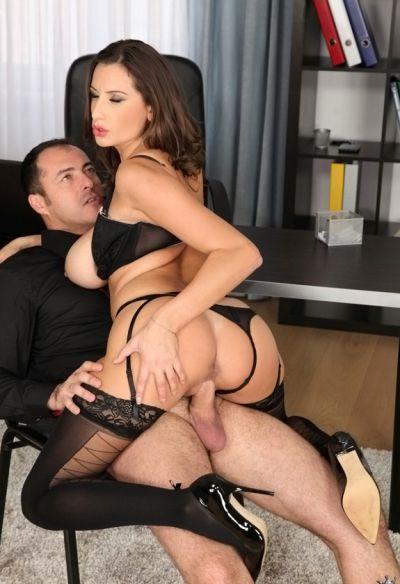 Фото №5 Босс трахнул офисную милфу и залил спермой её большие сиськи