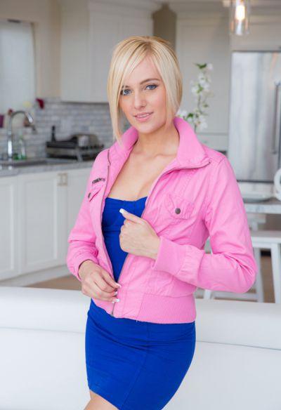 Фото №3 Привлекательная блондинка потерла промежность красными трусиками