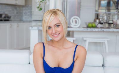 Фото №5 Привлекательная блондинка потерла промежность красными трусиками