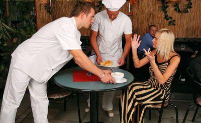 Фото №1 Толпой обкончали и обоссали шаловливую блондинку после секса в ресторане