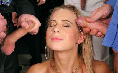 Фото №10 Толпой обкончали и обоссали шаловливую блондинку после секса в ресторане