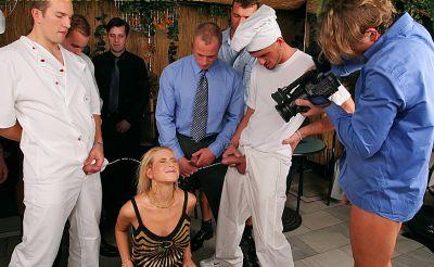 Фото №13 Толпой обкончали и обоссали шаловливую блондинку после секса в ресторане
