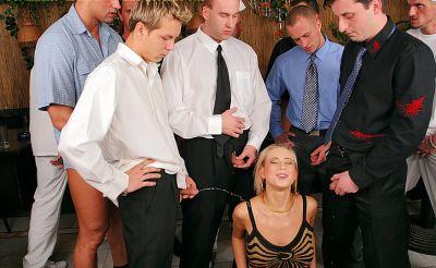 Фото №14 Толпой обкончали и обоссали шаловливую блондинку после секса в ресторане
