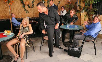 Фото №3 Толпой обкончали и обоссали шаловливую блондинку после секса в ресторане