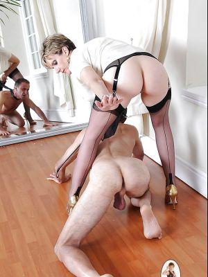 Зрелая дама в чулках доминирует над пожилым самцом