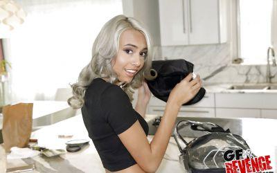 Фото №1 Привлекательная колдунья разделась и засветила волосатую киску