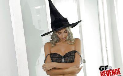 Фото №10 Привлекательная колдунья разделась и засветила волосатую киску