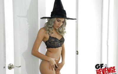 Фото №6 Привлекательная колдунья разделась и засветила волосатую киску