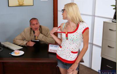 Фото №2 Блондинка соблазнила начальника и прокатилась на члене
