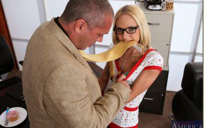 Фото №3 Блондинка соблазнила начальника и прокатилась на члене