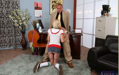 Фото №5 Блондинка соблазнила начальника и прокатилась на члене