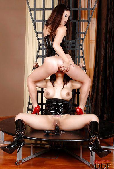 Фото №7 Азиатские лесбиянки в латексе доводят друг друга до оргазма вибратором