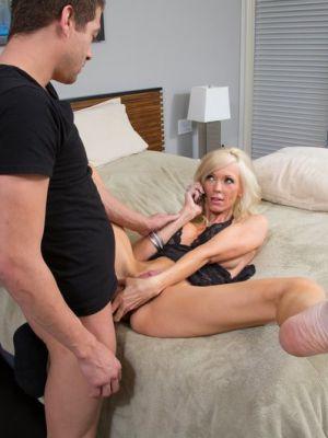 Зрелая блондинка трахается с любовником во время разговора по телефону