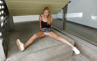 Фото №11 Студентка показала трусики под юбкой на улице
