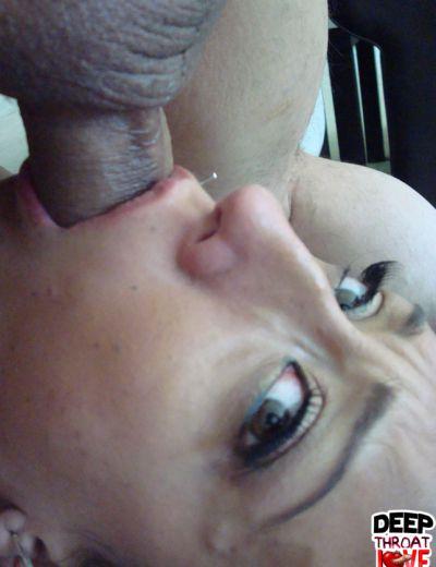 Фото №16 Брюнетка после секс делает глубокий отсос пениса