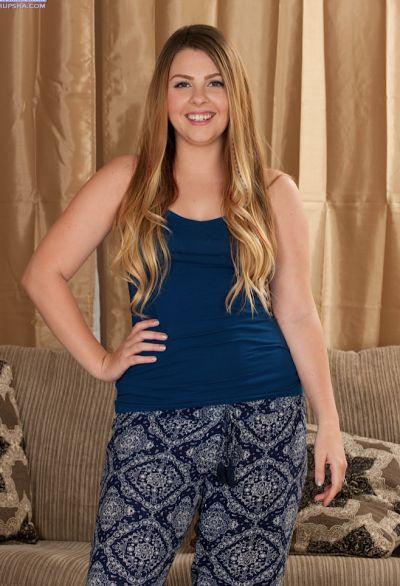 Фото №1 Красивая толстая блондинка с маленькими сиськами Cali Hayes