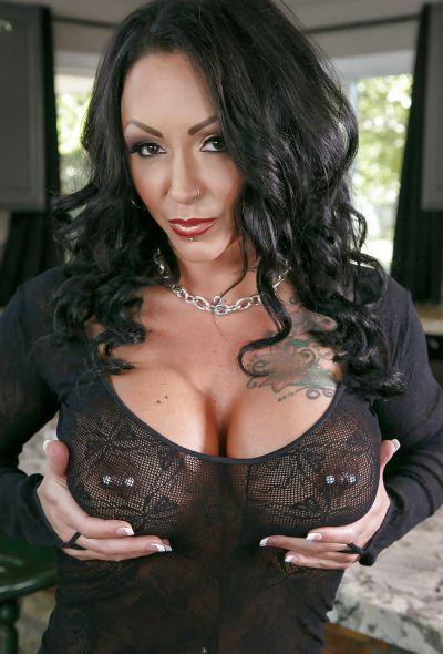 Фото №1 Татуированная милфа с большими формами Ashton Blake показала клитор с пирсингом