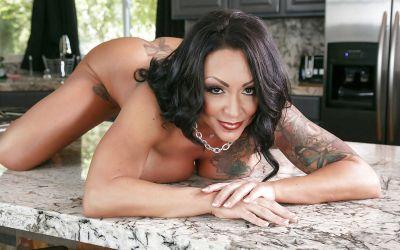 Фото №11 Татуированная милфа с большими формами Ashton Blake показала клитор с пирсингом