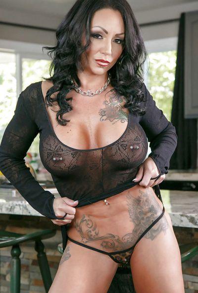 Фото №2 Татуированная милфа с большими формами Ashton Blake показала клитор с пирсингом