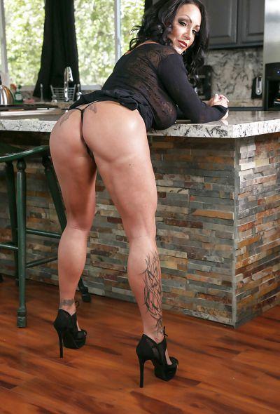 Фото №3 Татуированная милфа с большими формами Ashton Blake показала клитор с пирсингом