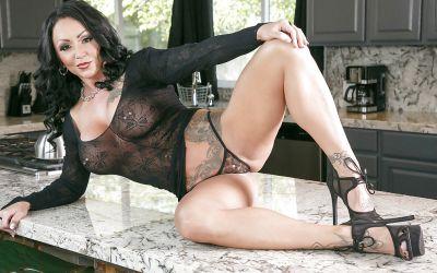 Фото №4 Татуированная милфа с большими формами Ashton Blake показала клитор с пирсингом