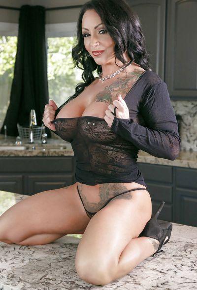 Фото №6 Татуированная милфа с большими формами Ashton Blake показала клитор с пирсингом