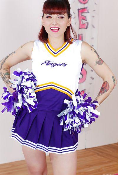 Фото №1 Татуированная школьная черлидерша разделась и показала киску